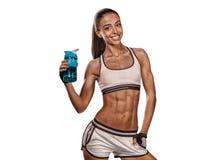 Wenselijk glimlachend meisje met plastic fles van water/portret o stock afbeeldingen