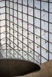 Wenteltrap en glaspiramide bij het Louvre Stock Foto's