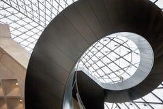 Wenteltrap en glaspiramide bij het Louvre Royalty-vrije Stock Foto