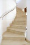 Wenteltrap in grote Spaanse villa die aan slaapkamer leidt. Stock Foto's