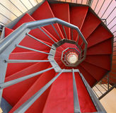 Wenteltrap met rood tapijt in een modern gebouw Stock Foto
