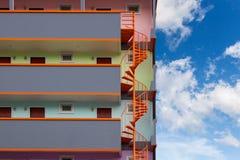 Wenteltrap van de moderne flat het leven bouw stock foto's