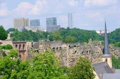 Wenzelsmauer och skyskrapa av det Kirchberg området i staden av Luxembourg Royaltyfri Foto