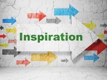 Werbekonzeption: Pfeil mit Inspiration auf Schmutzwandhintergrund lizenzfreie stockfotos