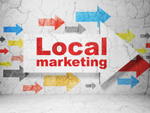Werbekonzeption: Pfeil mit lokalem Marketing auf Schmutzwandhintergrund Lizenzfreie Stockbilder