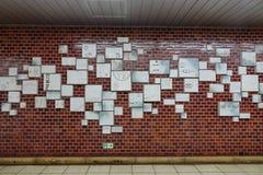 Werbung auf der Wand an der U-Bahnstation in Tokyo, Japan Lizenzfreies Stockbild