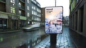Werbung der Reiseanschlagtafel auf Stadtstraße am Abend stockfoto