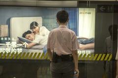 Werbung in der U-Bahn in Shanghai, China Stockfotografie