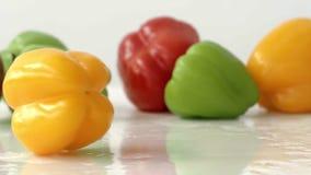 Werbung des Speichers mit Frischgemüse Gelber grüner Pfeffer spinnt in Zeitlupe stock video footage