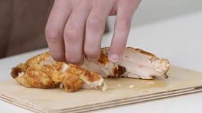 Werbung eines scharfen Messers für Fleisch in der Zeitlupe stock footage