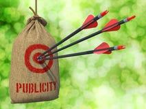 Werbung - Pfeile geschlagen in rotem Mark Target lizenzfreie stockbilder