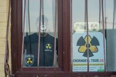 Werbung von Ausflügen zur Tschornobyl-Zone, Leute geht Ukraine, Kyiv, Podil redaktionell 08 03 2017 Lizenzfreies Stockfoto