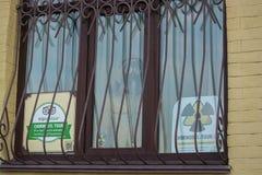 Werbung von Ausflügen zur Tschornobyl-Zone, Leute geht Ukraine, Kyiv, Podil redaktionell 08 03 2017 stockfoto