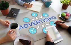Werbung von den Marketingstrategieentwicklungs-Geschäftsvölkern, die im Büro arbeiten stockfotos