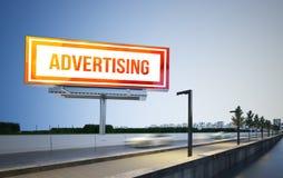 Werbungsanschlagtafelmodell auf Landstraße stockbild