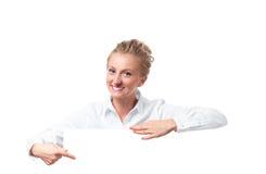 Werbungsfahnenzeichen Geschäftsfrau, die unten auf leeres leeres Anschlagtafelzeichenbrett zeigt Stockfotografie
