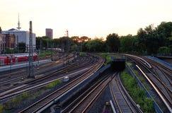 Werd de hoofdpost van Hamburg bij avond met de trein van spoorwegsporen en het beeld van de torenklok genomen 10 Juli 2017 Stock Foto's