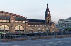 Werd de hoofdpost van Hamburg bij avond met de trein van spoorwegsporen en het beeld van de torenklok genomen 10 Juli 2017 Stock Foto