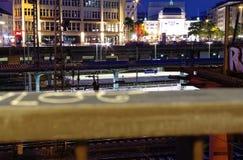Werd de hoofdpost van Hamburg bij nacht met spoorwegsporen en het beeld van de torenklok genomen 10 Juli 2017 Stock Afbeeldingen