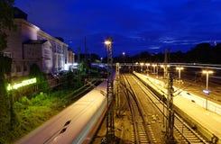 Werd de hoofdpost van Hamburg bij nacht met spoorwegsporen en het beeld van de torenklok genomen 10 Juli 2017 Stock Afbeelding