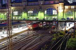 Werd de hoofdpost van Hamburg bij nacht met spoorwegsporen en het beeld van de torenklok genomen 10 Juli 2017 Stock Foto's