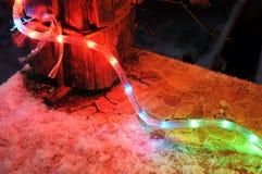 Werden de nieuwjaar glanzende decoratieve lichten geïnstalleerd rond de voorportiek van het huis Stock Foto's