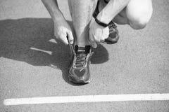 Werden fertig zum Rütteln Hände, die Spitzeturnschuh-Laufbahnhintergrund binden Hände des Sportlers mit Pedometer lizenzfreies stockfoto