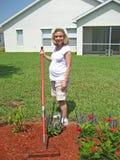 Werdende Mutter im Garten arbeiten4 Stockbilder