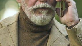Werdene traurige hörende Nachrichten des alten Mannes am Telefon, Anruf von Doktor, schlechte Diagnose stock video