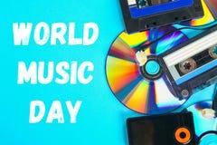 Wereld, internationale muziekdag Het concept de evolutie van muziek Cassette, CD-Schijf, mp3 speler Wijnoogst en moderne toestand stock fotografie
