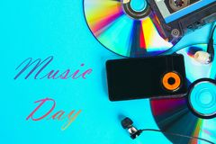 Wereld, internationale muziekdag Het concept de evolutie van muziek Cassette, CD-Schijf, mp3 speler Wijnoogst en moderne toestand royalty-vrije stock afbeeldingen