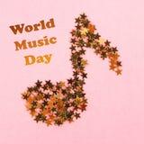 Wereld, internationale muziekdag Muzieknoten die van sterrige gouden confettien op een roze pastelkleurachtergrond liggen royalty-vrije stock afbeeldingen