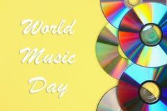Wereld, internationale muziekdag Stapels van oude en vuile CDs, DVD op pastelkleurachtergrond Gebruikte en stoffige schijf royalty-vrije stock afbeelding