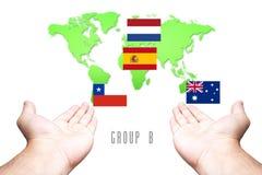 Wereldbeker 2014 Vlag groep-B met Hand en Wereldkaartachtergrond Stock Foto's