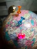 Wereldbol met kleurrijke speld De ruimte van het exemplaar Ideeën en conceptengebruik royalty-vrije stock foto's