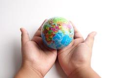 Wereldbol op een palm over een wit Het concept van de globalisering royalty-vrije stock foto