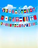 Wereldbunting vlaggen op blauwe hemel Stock Fotografie
