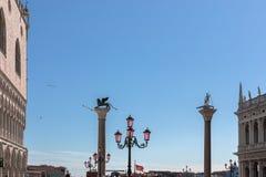 Werelden mooiste vierkant San Marco Piazza San Marco Weergeven van de beroemde kolommen en het Paleis van de Doge stock fotografie