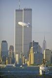 Wereldhandeltorens met Goede Jaarblimp in voorgrond, de Stad van New York, NY royalty-vrije stock foto