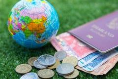 Wereldkaart en paspoort en geld Royalty-vrije Stock Foto's