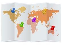 Wereldkaart met multicolored spelden Stock Afbeeldingen