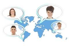 Wereldkaart met verscheidene ballons met geïsoleerde personen stock afbeelding
