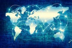 Wereldkaart op een technologische achtergrond, gloeiende lijnensymbolen van Internet, radio, televisie, mobiel en satelliet stock fotografie