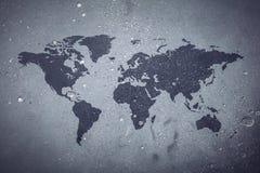Wereldkaart op grijze concrete achtergrond stock afbeeldingen
