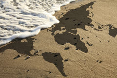 Wereldkaart op strand Royalty-vrije Stock Foto's