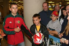 Wereldkampioen Jorge Lorenzo die aan luchthaven aankomen Royalty-vrije Stock Fotografie