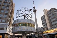 Wereldklok in Alexanderplatz in Berlijn, Duitsland stock foto's