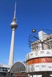 Wereldklok en TV-Toren Stock Afbeelding