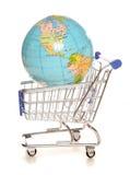 Wereldmarkt het winkelen karretje Stock Foto