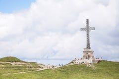 Wereldoorlog 1 Helden kruist Monument, bovenop Caraiman-Piek stock foto